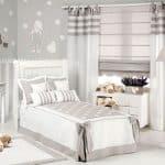 Decoración de dormitorio de niños con cortinas y alfombra infantil