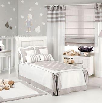 Decoración de dormitorio niños con cortinas y alfombra infantil