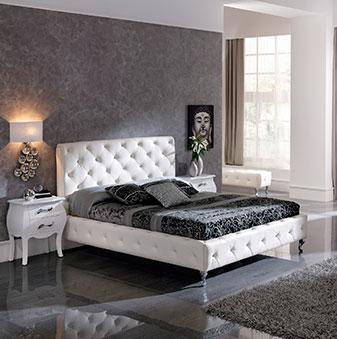 Mobiliario de dormitorio con cama, mesillas, cabecero y alfombra.